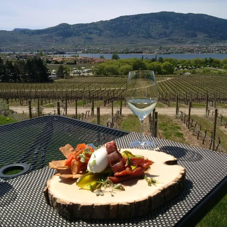 Nk'Mip Cellars Patio Restaurant: Spring time lunch on the patio!