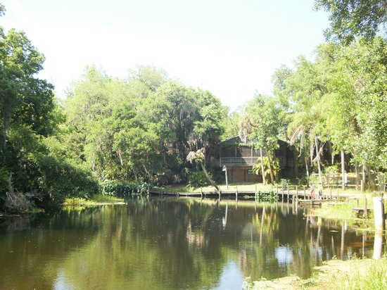 Linger Lodge Restaurant: View of Linger Lodge from the river side