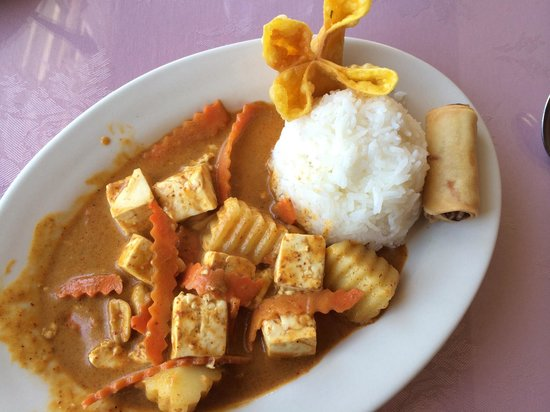 Kham's Thai Cuisine: Massaman Curry with tofu lunch special (soup not pictured)