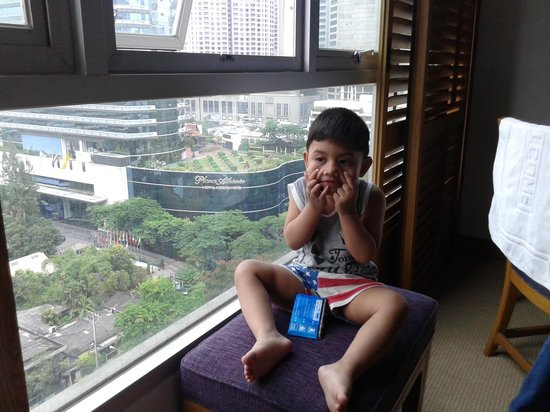 Grande Centre Point Hotel Ploenchit: my daughter at hotel room.