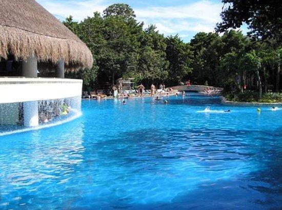 Occidental at Xcaret Destination: La piscine avec le bar