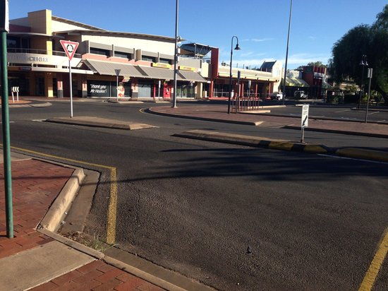 Diplomat Alice Springs: From front of the hotel looking at the shops