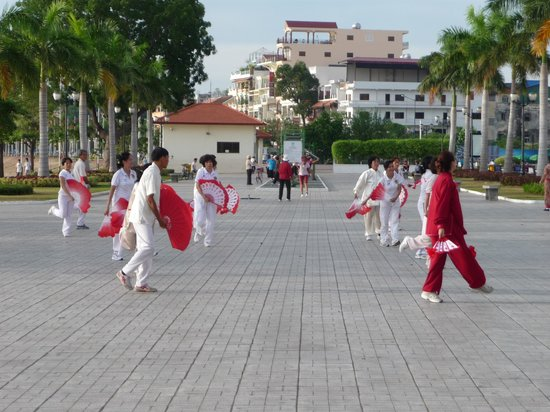 Sisowath Quay : Locals dancing on the riverfront.