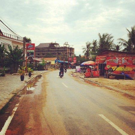 Sawasdee Angkor Inn: 宿の目の前の道