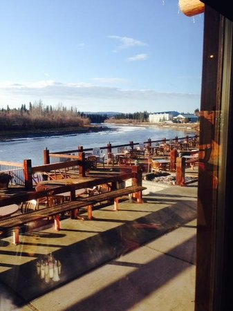 Pike's Waterfront Lodge: Outdoor dining