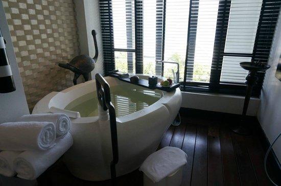 InterContinental Danang Sun Peninsula Resort : Mable bath