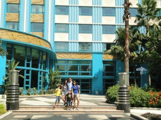 Disney's Hollywood Hotel: The outside by the pool