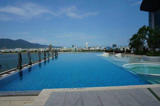 Novotel Danang Premier Han River : Infinity pool on 4th floor