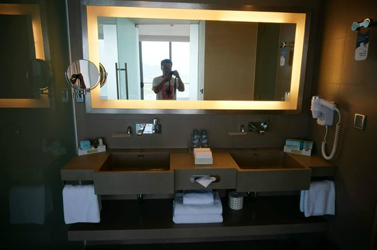 Novotel Danang Premier Han River: Modern bathroom with Bosch speaker