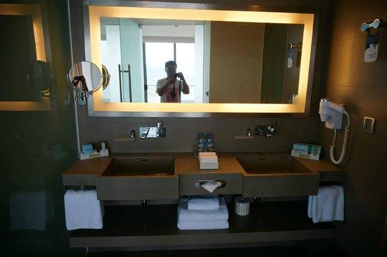 Novotel Danang Premier Han River : Modern bathroom with Bosch speaker