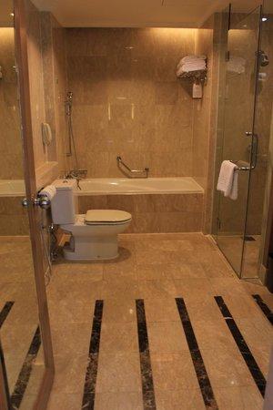 Pullman Kuala Lumpur City Centre Hotel And Residences : Bathroom