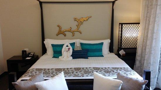 Anantara Bophut Koh Samui Resort : king bed with monkey towel