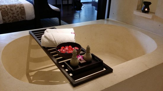 Anantara Bophut Koh Samui Resort : huge bathtub