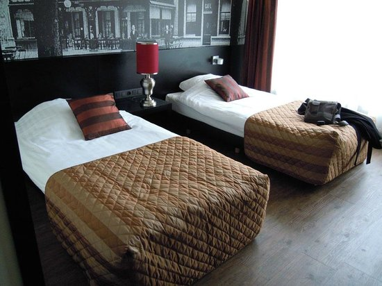 Bastion Hotel Apeldoorn Het Loo: Beds in the room.