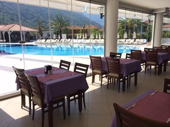 Montebello Resort: Breakfast by the pool