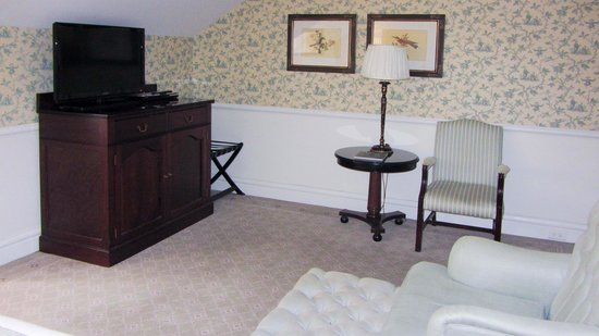 Lilianfels Blue Mountains Resort & Spa : lounge chair and TV. Mini-bar in drawer.