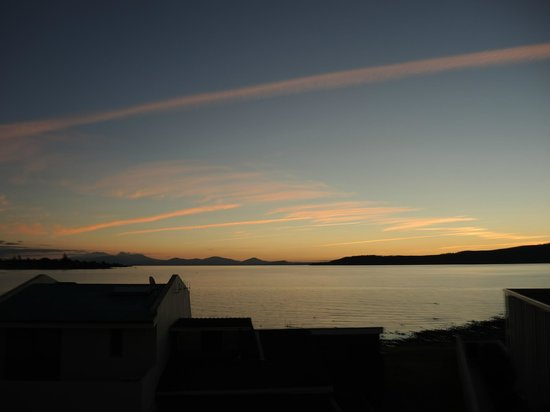 Sacred Waters Taupo Luxury Apartments: Dusk at Lake Taupo