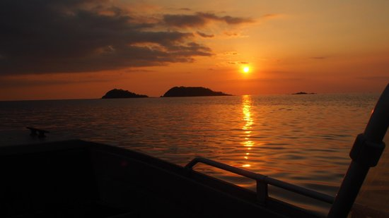 Coral Bay Beach & Dive Resort : Sunset to Twin Peaks