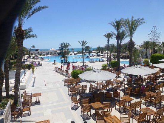 El Mouradi Djerba Menzel: La piscine et au loin la plage