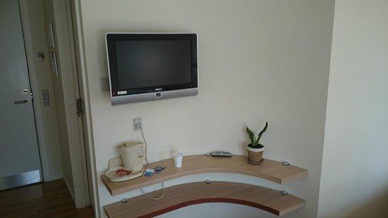 Montra Hotel Sabro Kro: Alt for lille TV. Bedøm størrelsen ved at sammenligne med fjernbetjeningen.