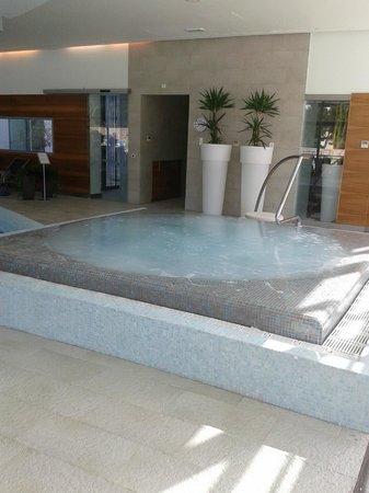 Bluesun Hotel Elaphusa: Jacuzzi eau de mer 37°