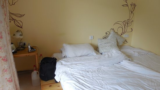 Shanjian Xishui Inn: Barely furnished room