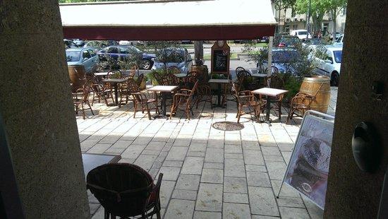 Hotel Le Glacier: Ein gutes Glas Wein vor dem Hotel geniessen und dem Treiben auf dem Platz zuschauen