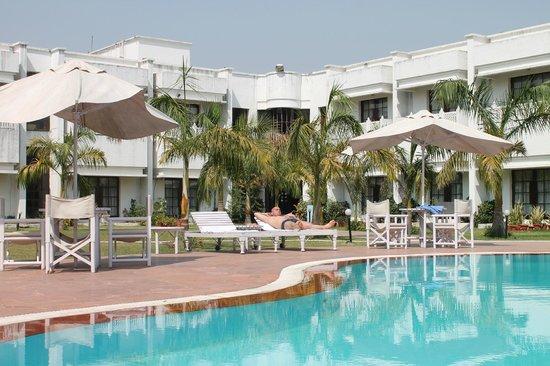 Hotel Usha Bundela: View of the hotel from the pool
