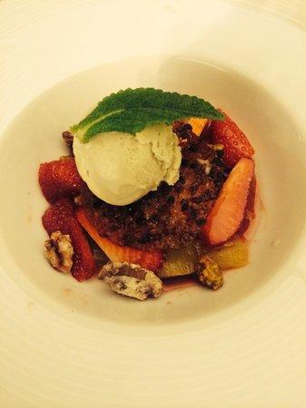 Chez Peyro : Dessert à la rhubarbe et fraises