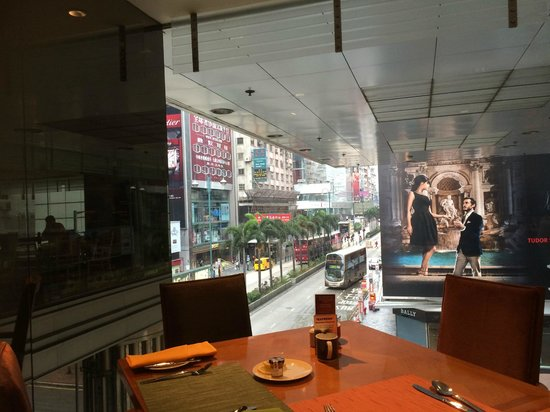 Sheraton Hong Kong Hotel & Towers: View of Nathan Road from the buffet breakfast at Sheraton HK Hotel & Towers