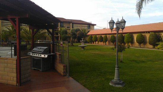 Ontario Airport Inn : BBQ area courtyard