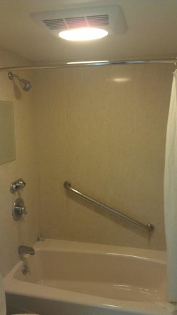 Ontario Airport Inn: Shower area