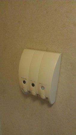 Ontario Airport Inn: Dispenser in shower