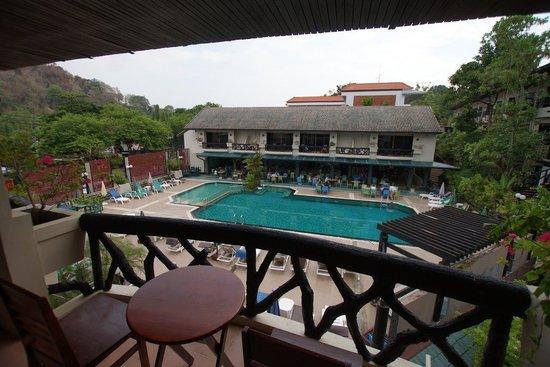 Anyavee Ban Ao Nang Resort : Blick: Balkon, Pool