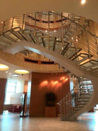 The Westin Warsaw: La scala centrale nella Hall
