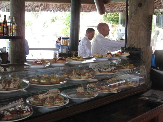 H10 Timanfaya Palace: Tasty Tapas at the pool bar