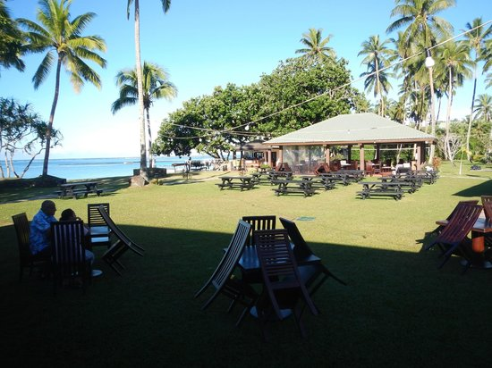 Naviti Resort: Outdoor dining space