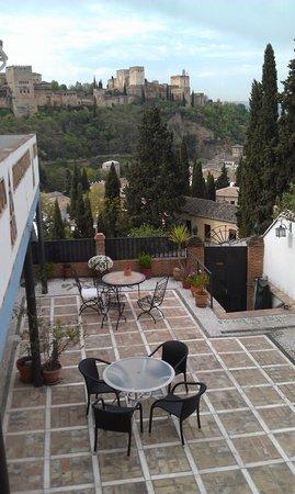Apartamentos Montesclaros: Terrace with Alhambra view