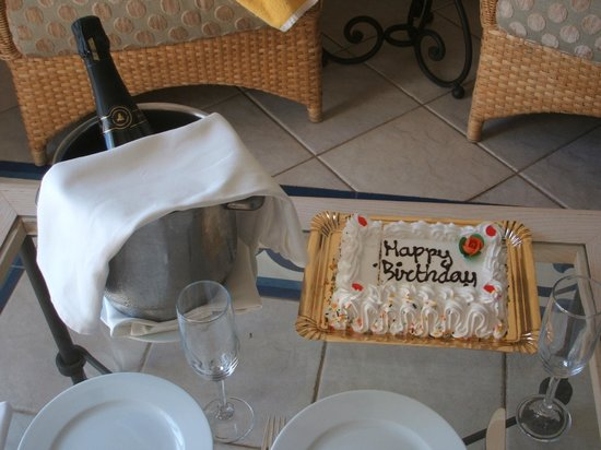 Hotel THe Volcan Lanzarote : Birthday cake and Cava