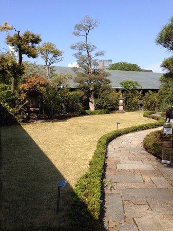 Nezu Museum: 根津美術館の日本庭園の入り口