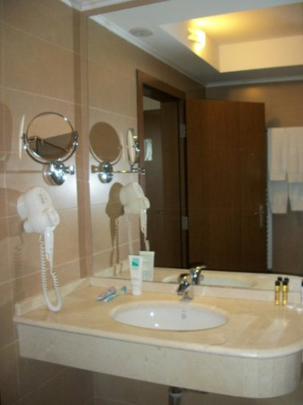 Hotel Imperial: Marble sink with hairdrier and two mirrors