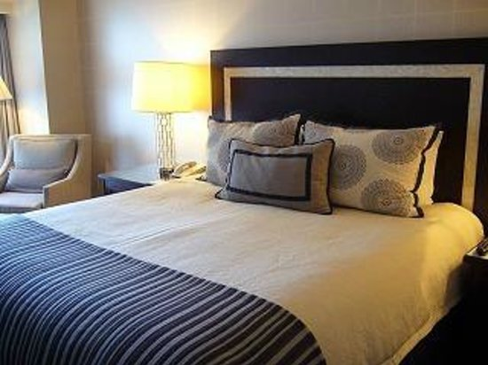Omni Los Angeles at California Plaza : 大きなベッドが備わってました