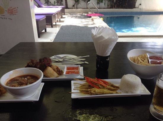 Omana Hotel: Tapas at the poolside