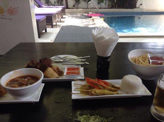 Omana Hotel : Tapas at the poolside