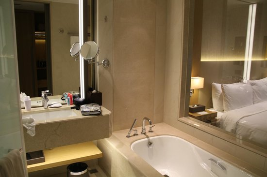 Millennium Hotel Taichung : Bright bathroom