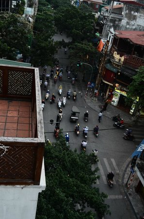 Golden Silk Boutique Hotel: Looking down at the many scooters in the street below