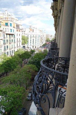 Hotel Praktik Rambla: View down Rambla de Catalunya from room balcony (towards plaza catalunya)