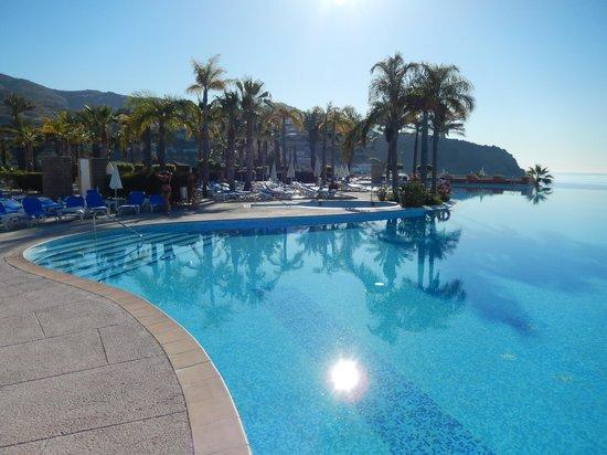 Playacalida Spa Hotel: großer Aussenpool mit Meerblick