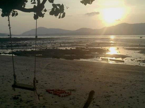 Baan Mai Cottages: low tide