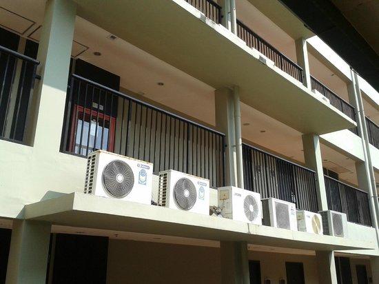 Novotel Phuket Surin Beach Resort.: Кондиционеры, создающие шум и вибрации